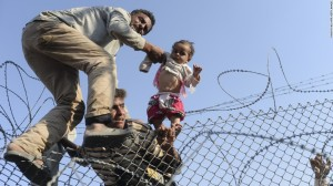 Syrians fleeing ISIS going into Turkey