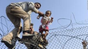 Syrians fleeing ISIS going into Turkey